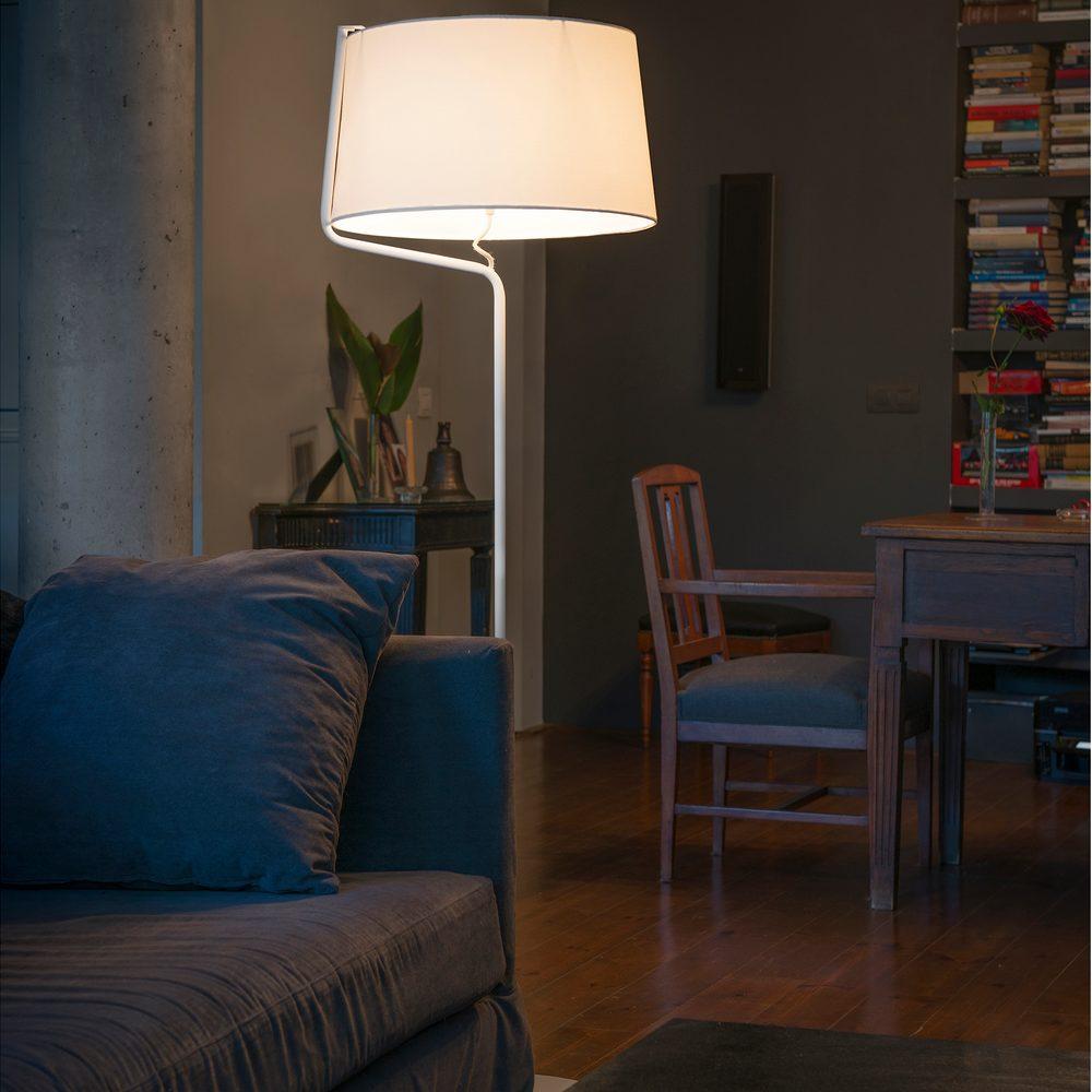 berni lampadaire d corative en m tal blanc avec abat jour en tissu blanc faro 29335. Black Bedroom Furniture Sets. Home Design Ideas